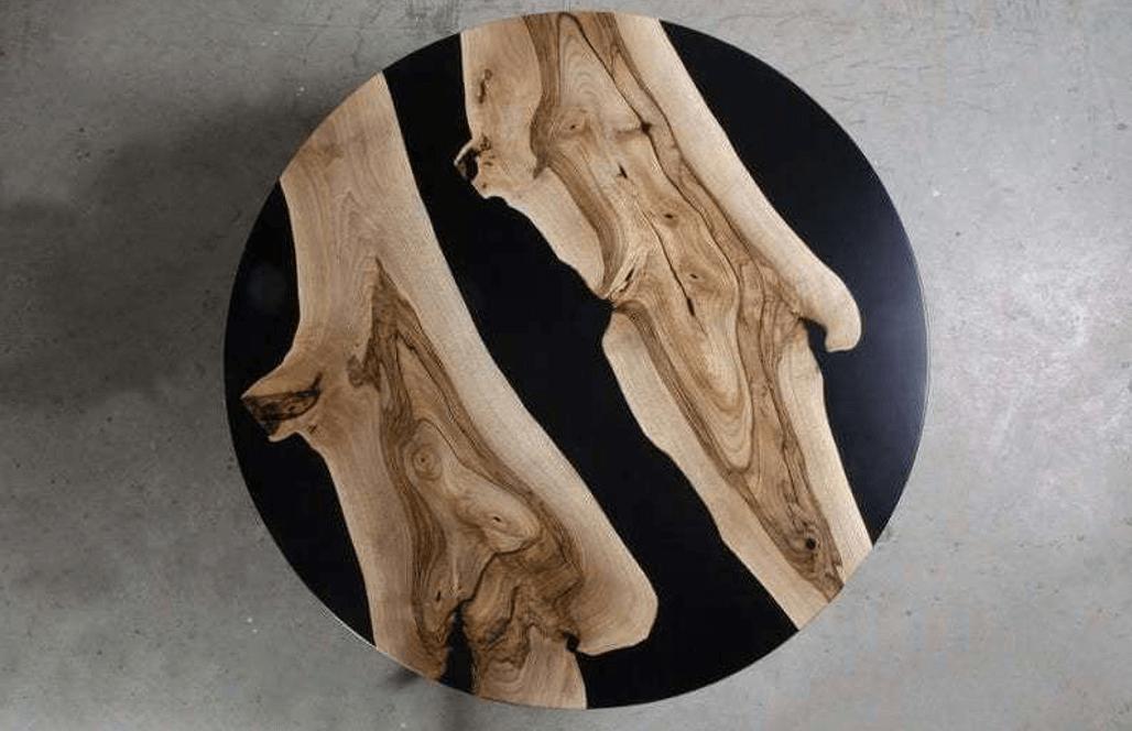 Журнальный столик из дерева и черной заливкой