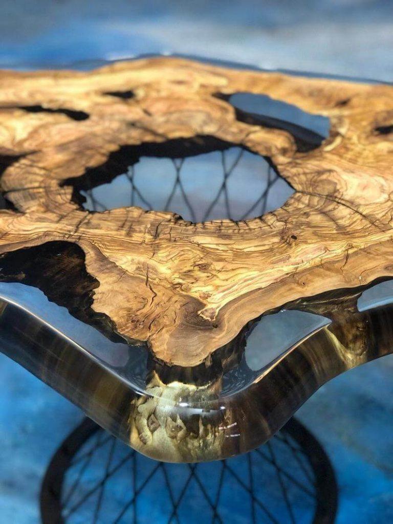 Дизайнерский журнальный стол из оливы и эпоксидной смолы