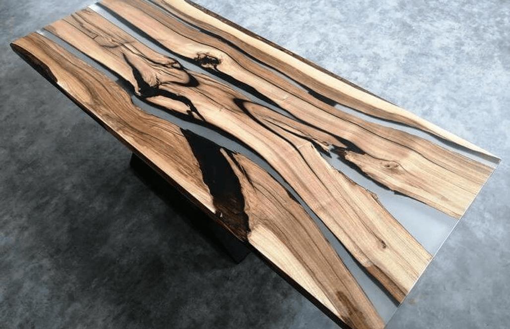 Стол из дерева и прозрачной эпоксидной смолы