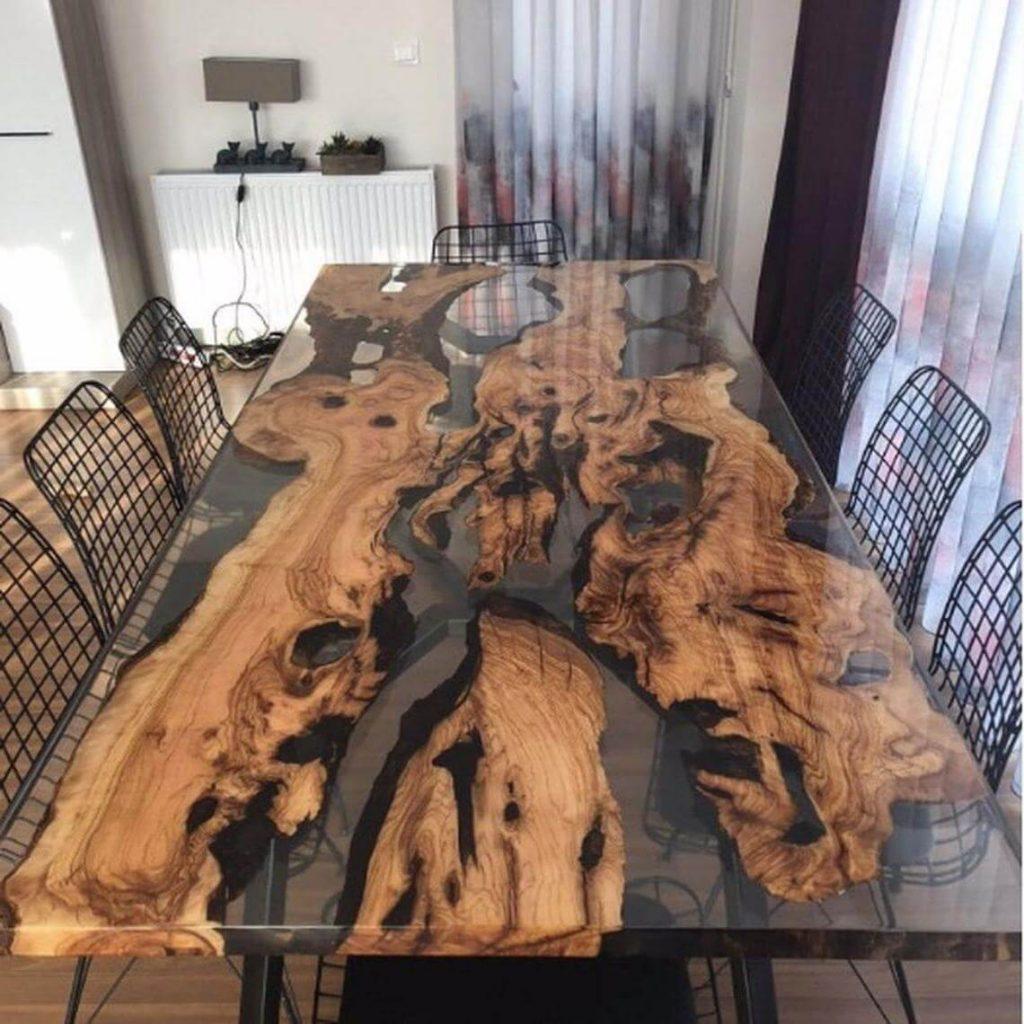 Обеденный стол для всей семьи из дерева и эпоксидной смолы