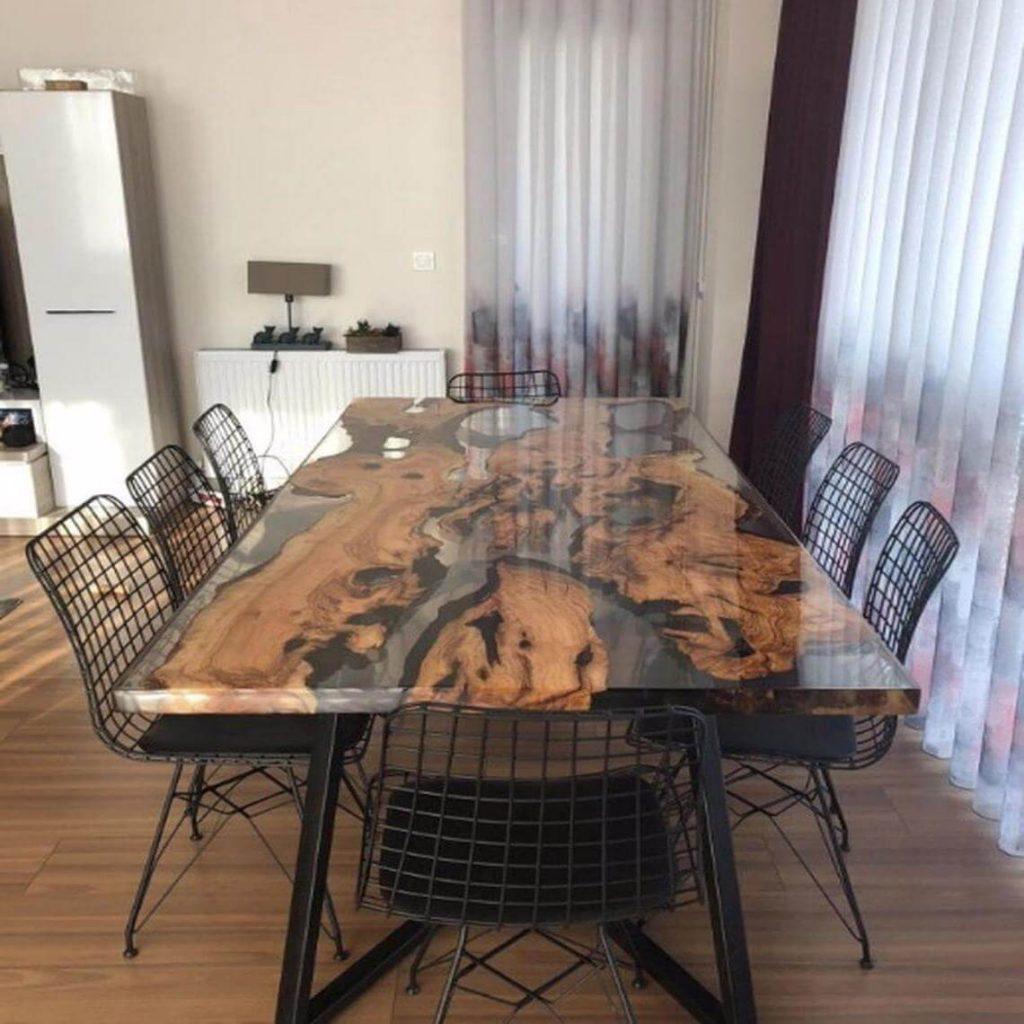Обеденный стол из дерева и эпоксидной смолы