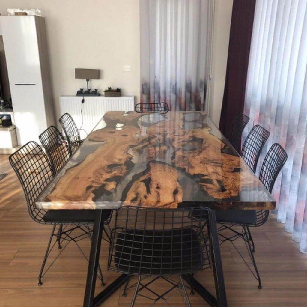 Дизайнерский обеденный стол из дерева и эпоксидки