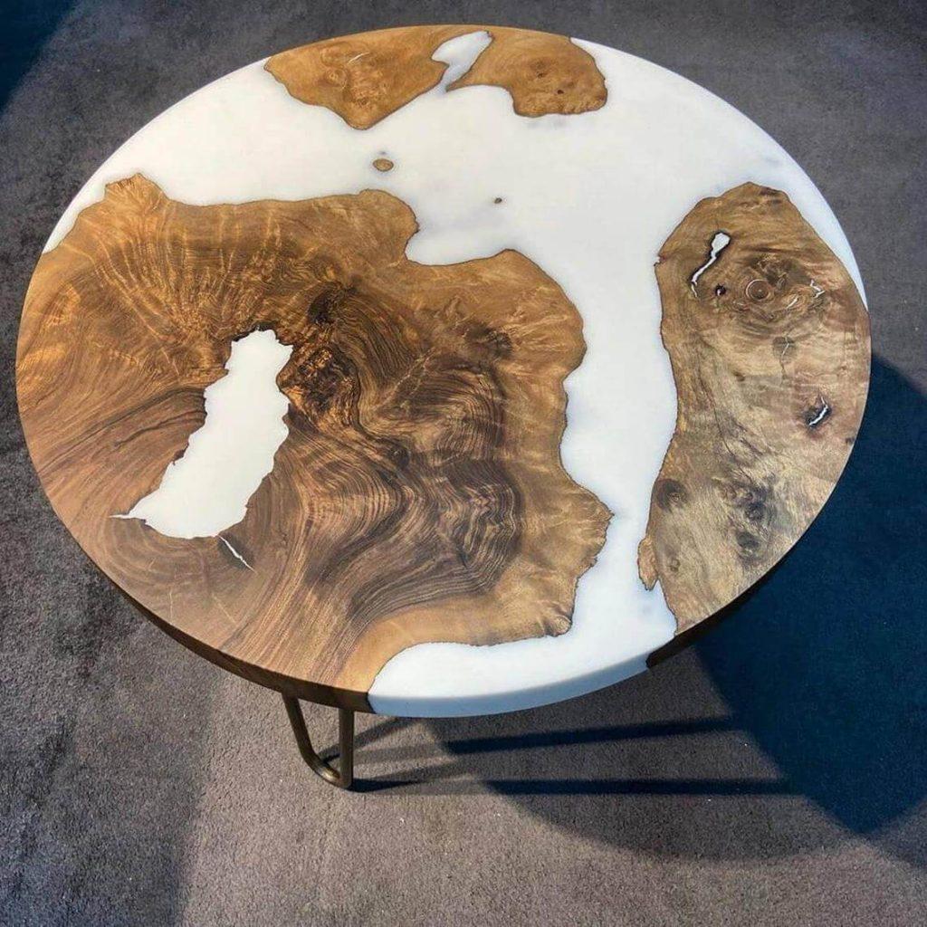 Круглый журнальный столик из эпоксидной смолы и ореха