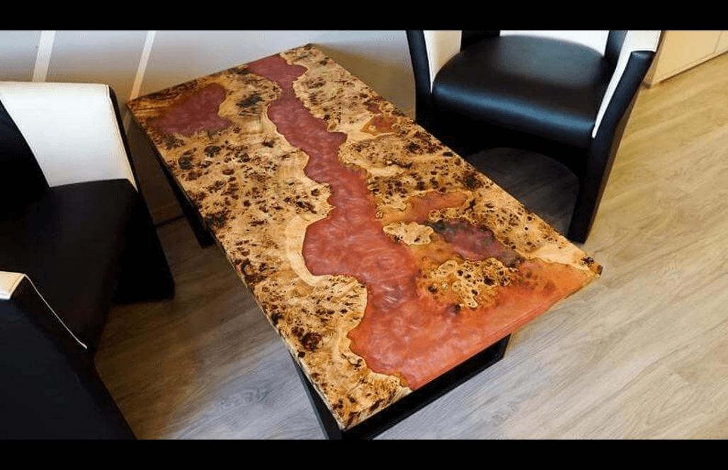 Креативный журнальный столик из эпоксидки с красной заливкой