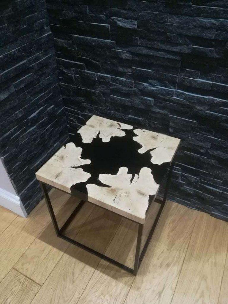 Квадратный журнальный столик из дерева и эпоксидной смолы