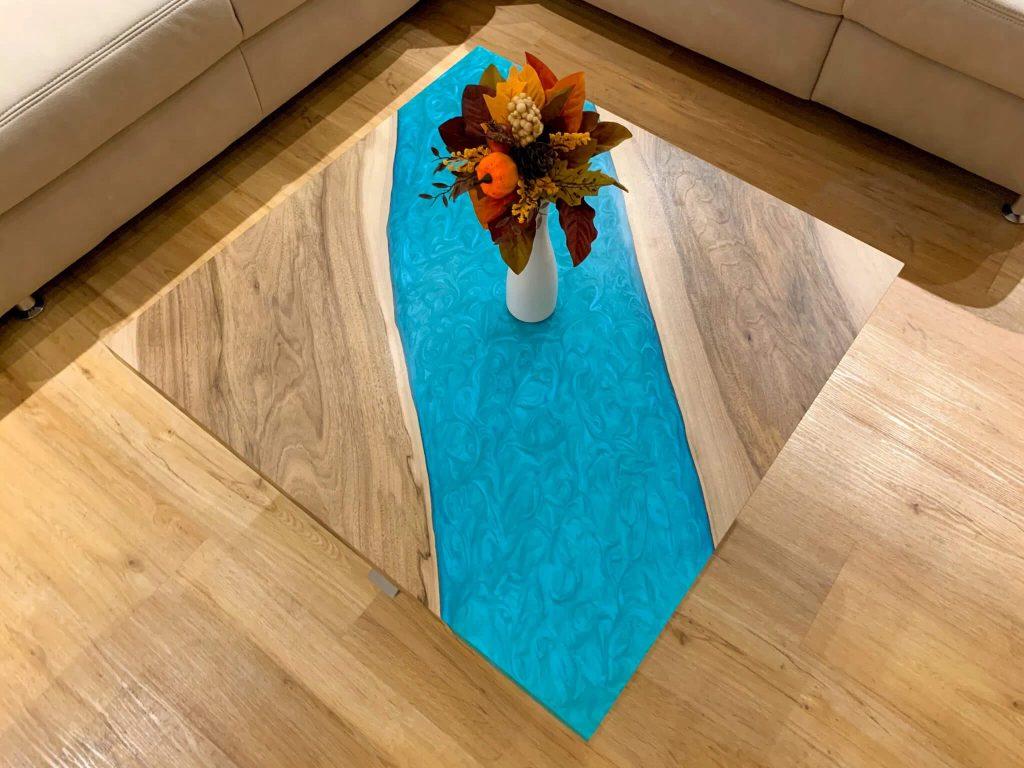 Журнальный столик из эпоксидки с голубой заливкой