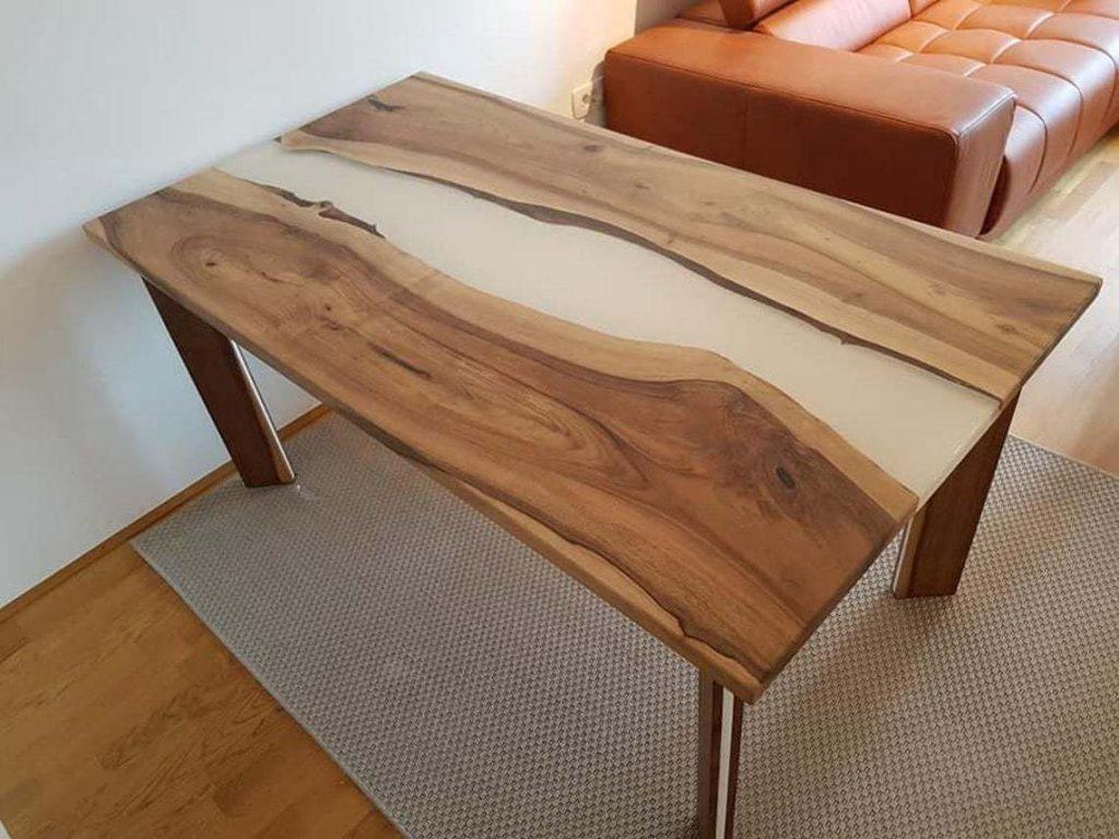 Обеденый стол с белой заливкой из эпоксидной смолы