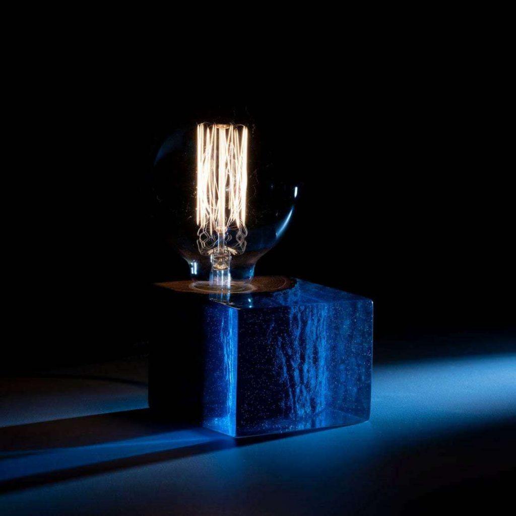 Дизайнерский светильник из эпоксидки и дерева