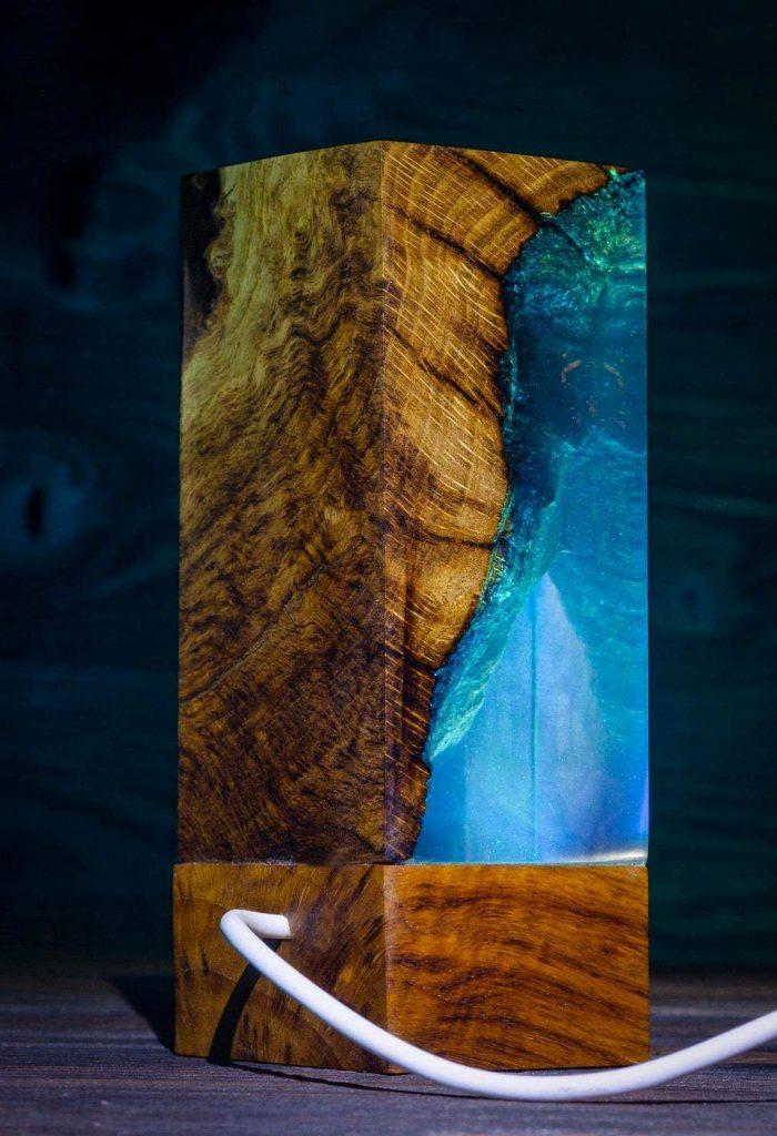 Эксклюзивный светильник из дерева и эпоксидки
