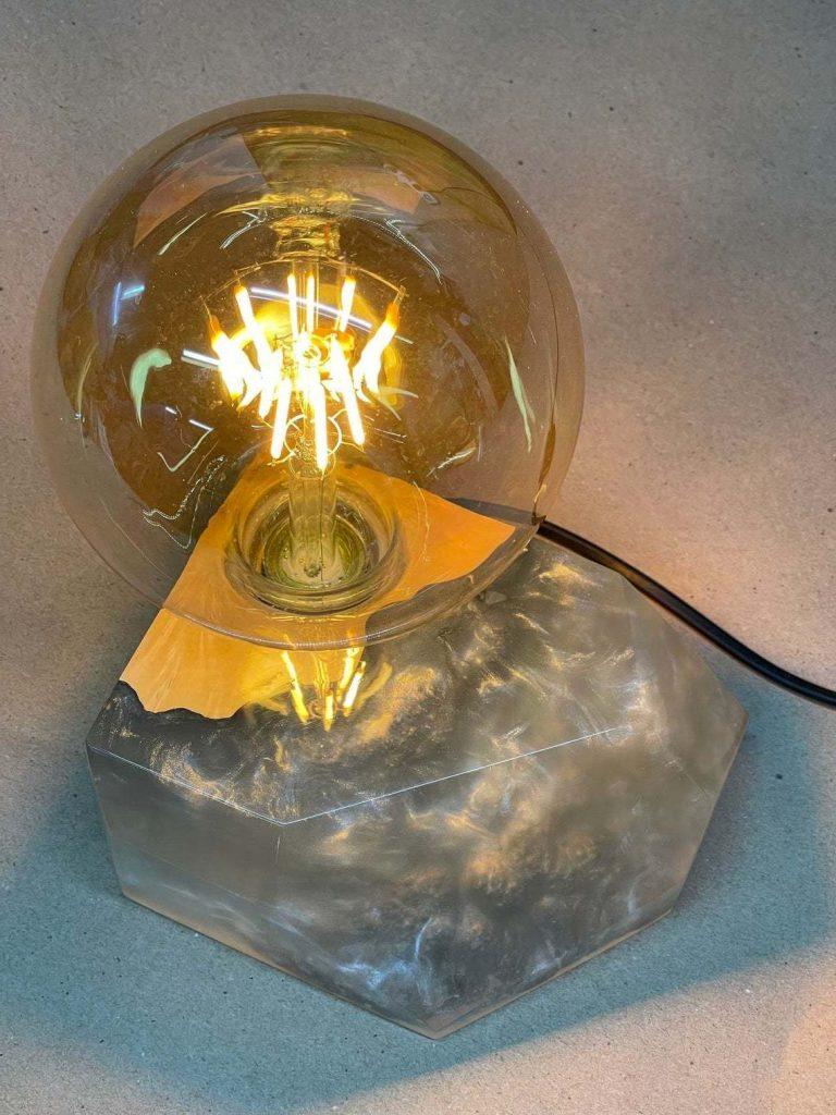 Лампа из эпоксидной смолы и дерева