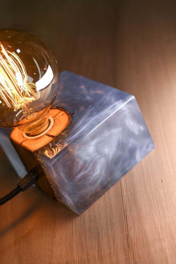 Дизайнерский светильник из дерева и эпоксидки
