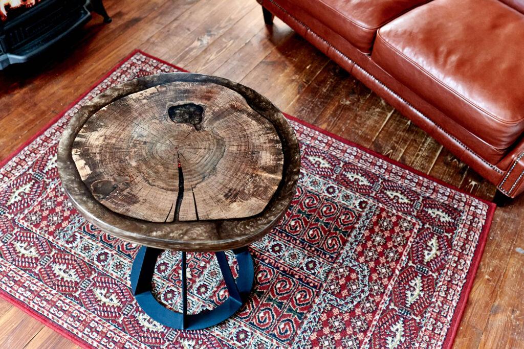 Круглый журнальный столик из эпоксидки и дерева