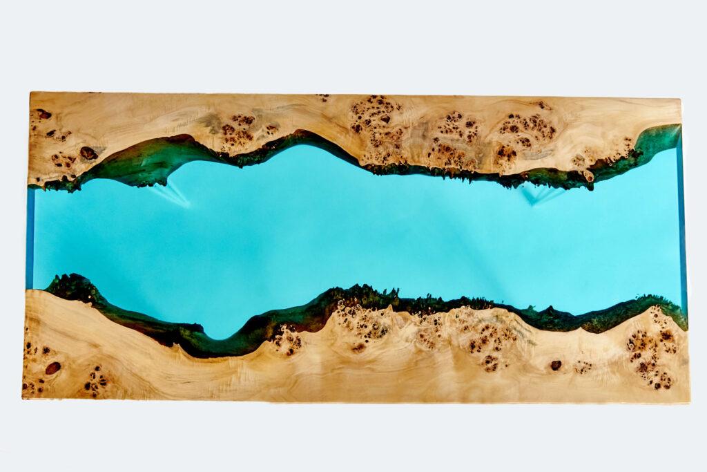 Уникальный стол-река из дерева и эпоксидной смолы