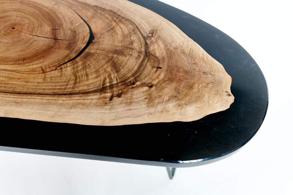 Дизайнерский кофейный столик из эпоксидной смолы и ореха
