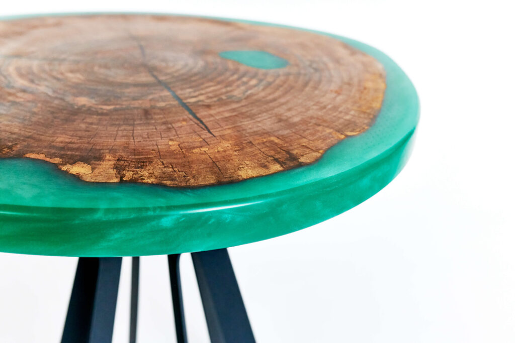 Журнальный столик из эпоксидной смолы с зеленой заливкой
