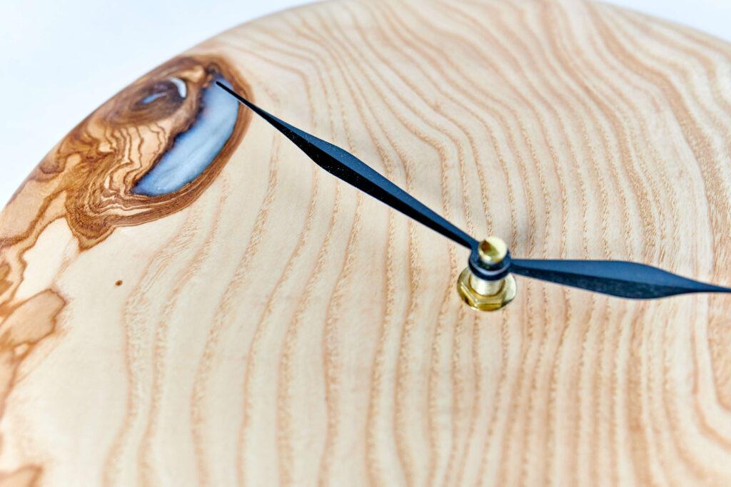 Дизайнерские часы из эпоксидной смолы от Ace Wood