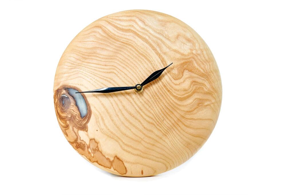 Дизайнерские часы из эпоксидной смолы и дерева от Ace Wood
