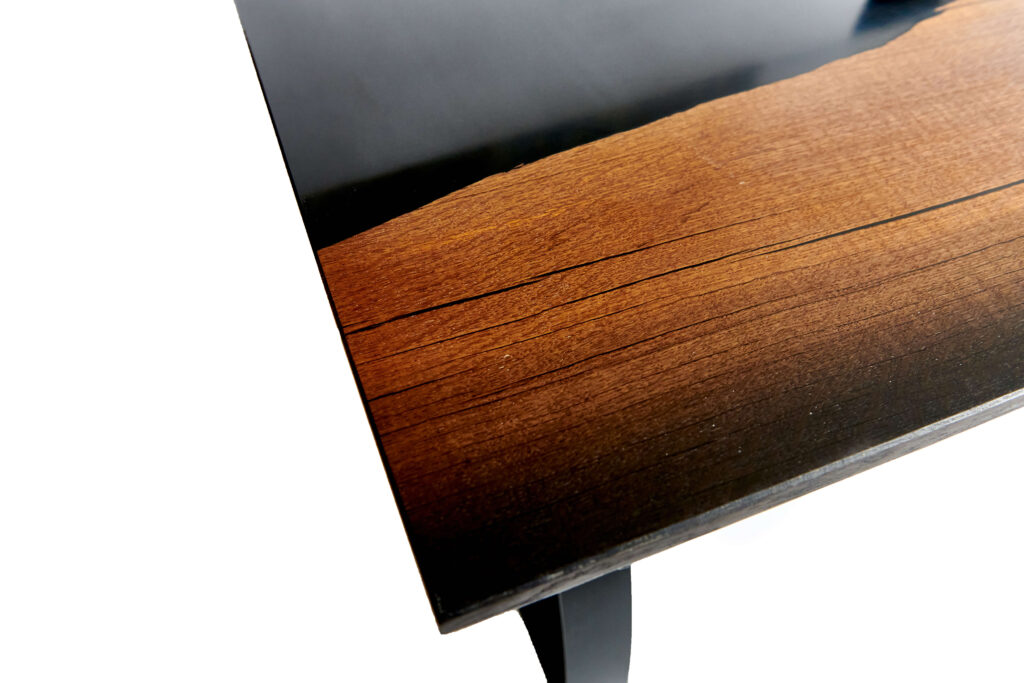 Дизайнерский стол из дуба и эпоксидки