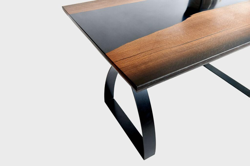 Дизайнерский стол из дуба и эпоксидной смолы