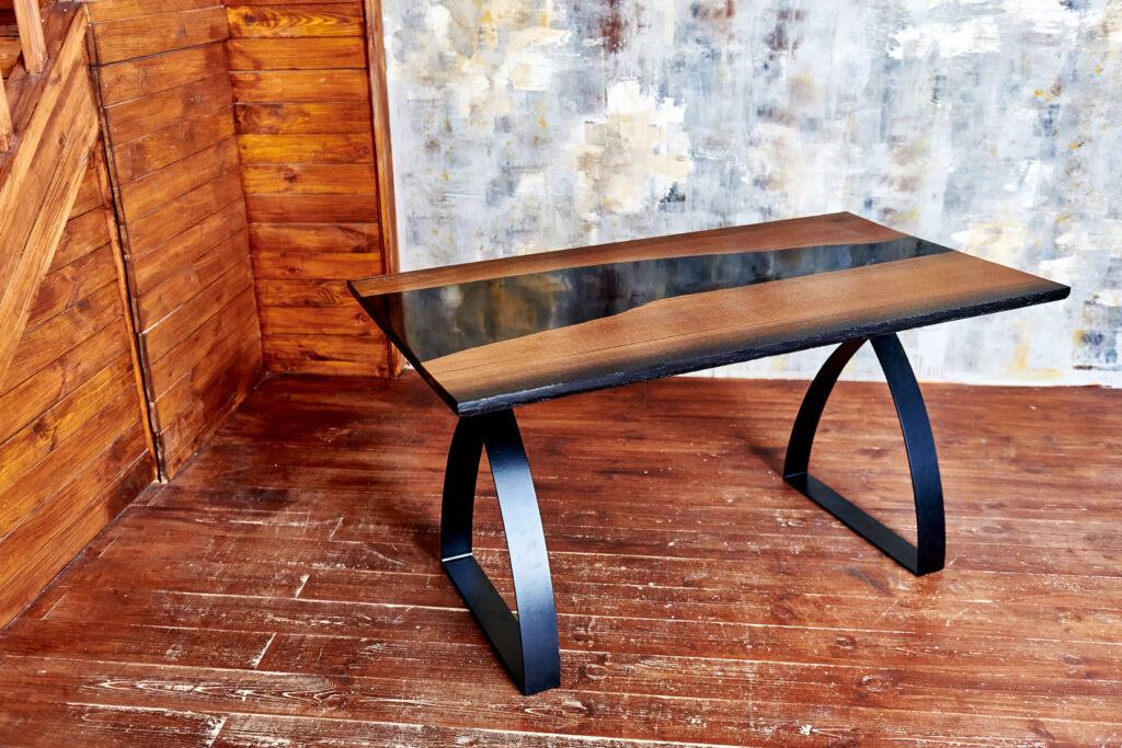 Эксклюзивный стол из дуба и эпоксидной смолы